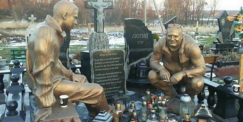 Ten nagrobek znajduje się na ukraińskim cmentarzu. Obcy ludzie często się przy nim zatrzymują