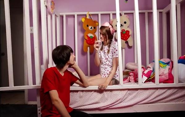 Ma 21 lat i zachowuje się jak dziecko. Śpi w pieluszce, a jej chłopak odgrywa rolę taty