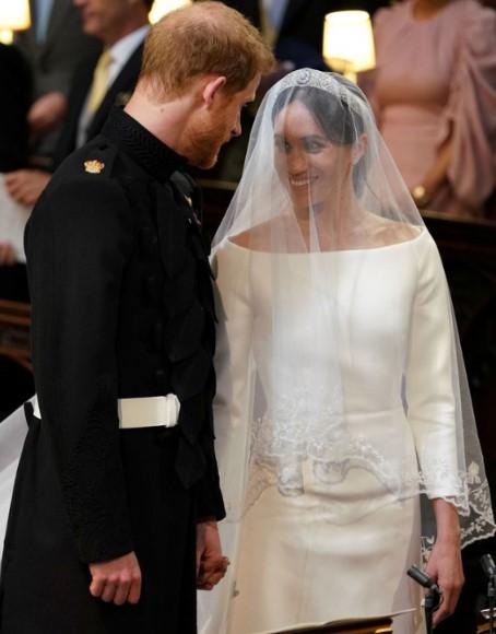 Suknia ślubna Meghan była zupełnym przeciwieństwem sukienki Kate. Księżne postawiły na inny styl