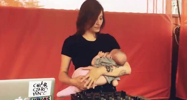 Ewa karmiła piersią dziecko podczas występu. Ludzie masowo zaczęli ją krytykować
