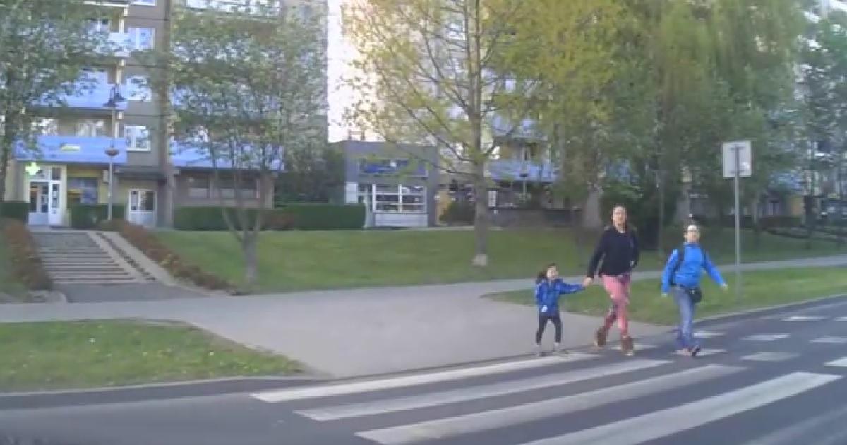 Zatrzymał się, aby przepuścić trójkę pieszych. Dziewczynka podziękowała mu w specyficzny sposób