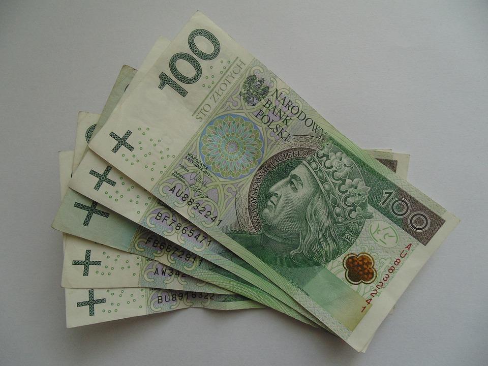 Pracownica MOPSu wyjawiła, ile zarabia. Jest to mniej od rodzin, które proszą ją o zasiłek