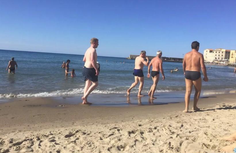 Nie chciała, aby jej chłopak założył wycięte slipki na plażę. W dosadny sposób mu to przekazała
