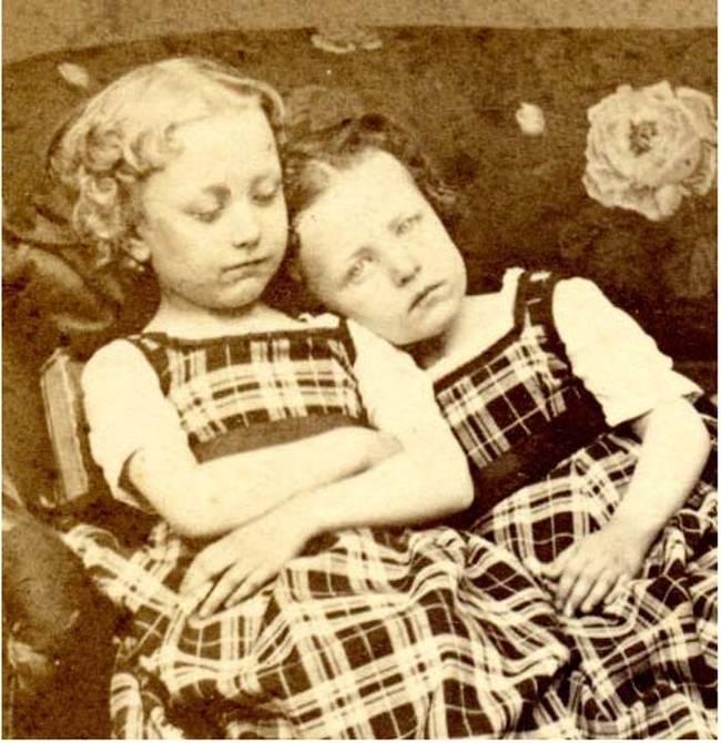 To nie zdjęcie dziewczynki ze śpiącą siostrą. Prawda wywoła u Ciebie dreszcze