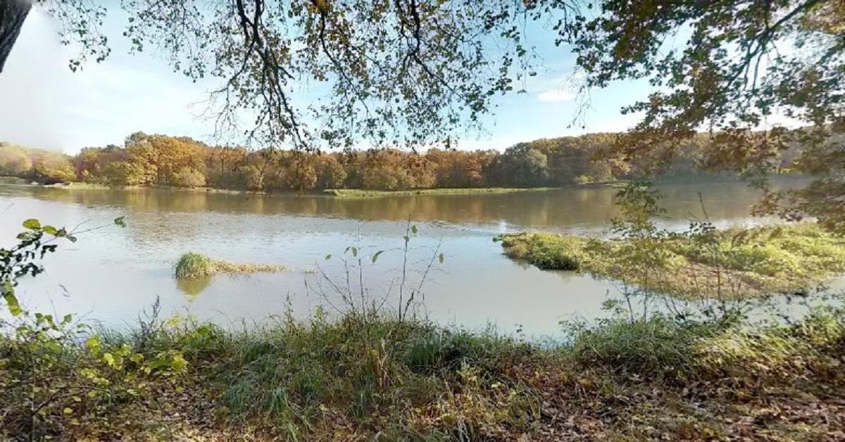 Wędkarz odkrył nietypowy kształt unoszący się na rzece. Gdy zrozumiał, czym jest, wezwał policję