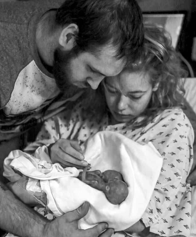 Miała urodzić zdrowe trojaczki. Zdjęcie, które opublikowała tuż po porodzie, łamie serce