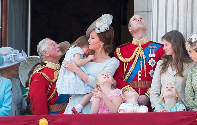 Zasłoniła buzię Georgowi podczas urodzin królowej. Mina Williama stojącego tuż za nimi jest bezcenna