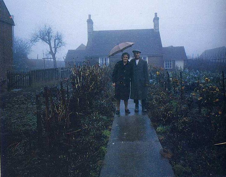 Starsza para robiła sobie regularnie zdjęcie przed domem. Ostatnie z nich łamie serce