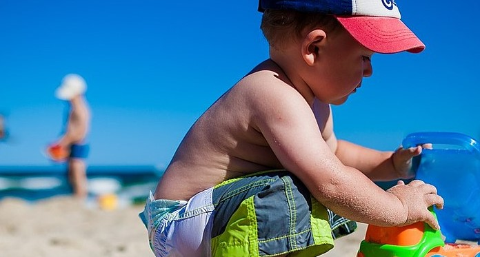 """""""Widać, że to patologia"""". Kobieta wyzwała matkę, której dziecko biegało nago po plaży"""