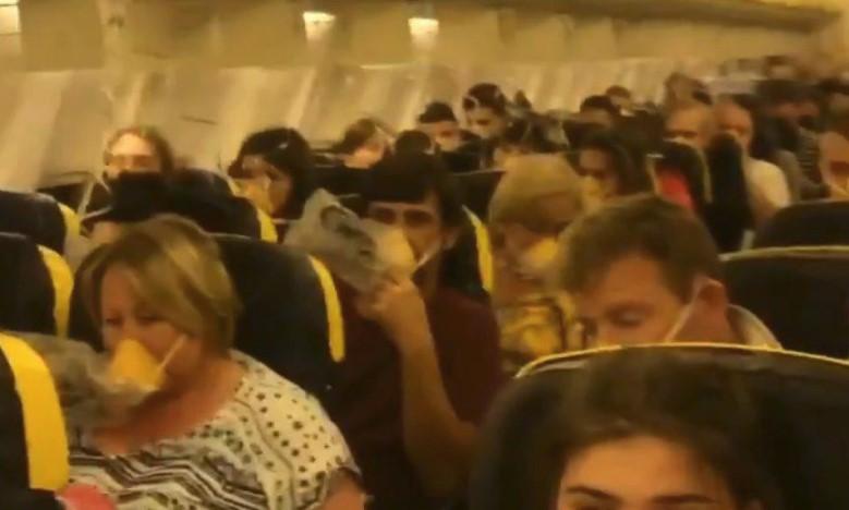 Samolot Ryanair musiał lądować awaryjnie. Niektórzy pasażerowie krwawili i wili się z bólu