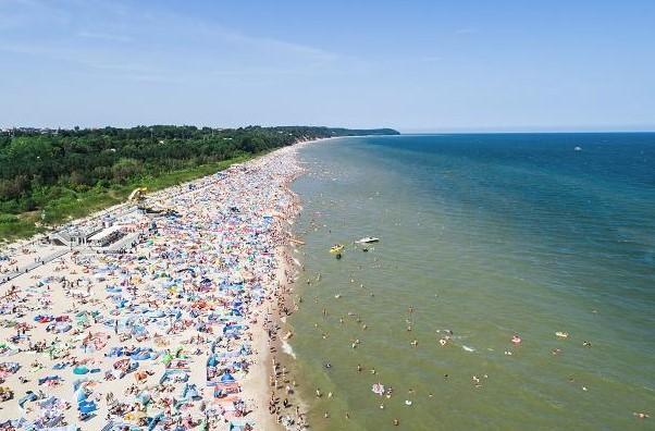 Zrobiono zdjęcia plaży we Władysławowie za pomocą drona. Liczba parawanów przeraża