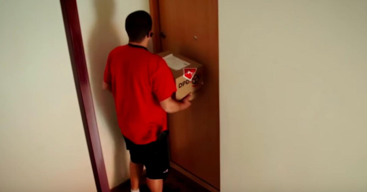 Kurier zapukał do drzwi i otworzył mu potężny mężczyzna. Za nim dostrzegł pobitą dziewczynę
