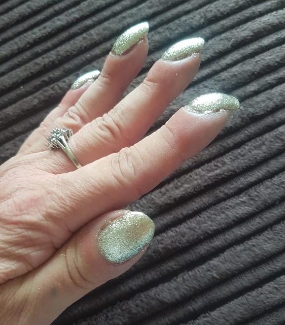 Wrzuciła do sieci zdjęcia swoich paznokci. Komentujący szybko odesłali ją do lekarza