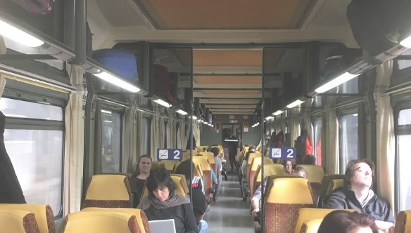 Nie reagowała na karygodne zachowanie syna w pociągu. Wyzywał innych i zaglądał im do torebek