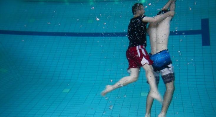 Zostawili dziecko w głębokim basenie, a sami poszli do sauny. Maluch ledwo umiał pływać
