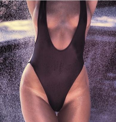 Kobiety nie lubią białych śladów na ciele po opalaniu. Nie wiedzą o tym, że rozpala to facetów
