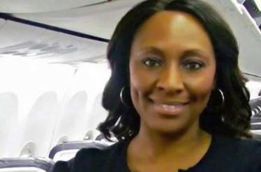 """Stewardesa odkryła w toalecie kartkę z napisem """"Potrzebuję pomocy"""". Od razu wezwała policję"""