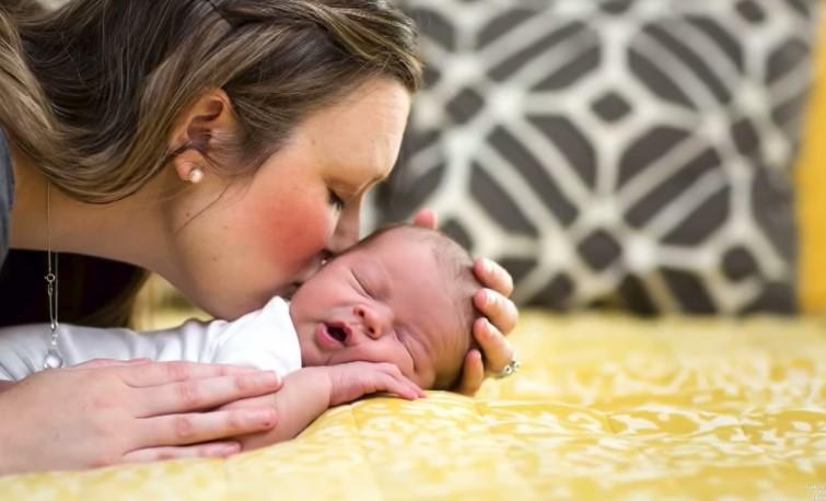 Fotografka uchwyciła zszokowaną minę mamy w czasie porodu. Wszystko z powodu płci dziecka