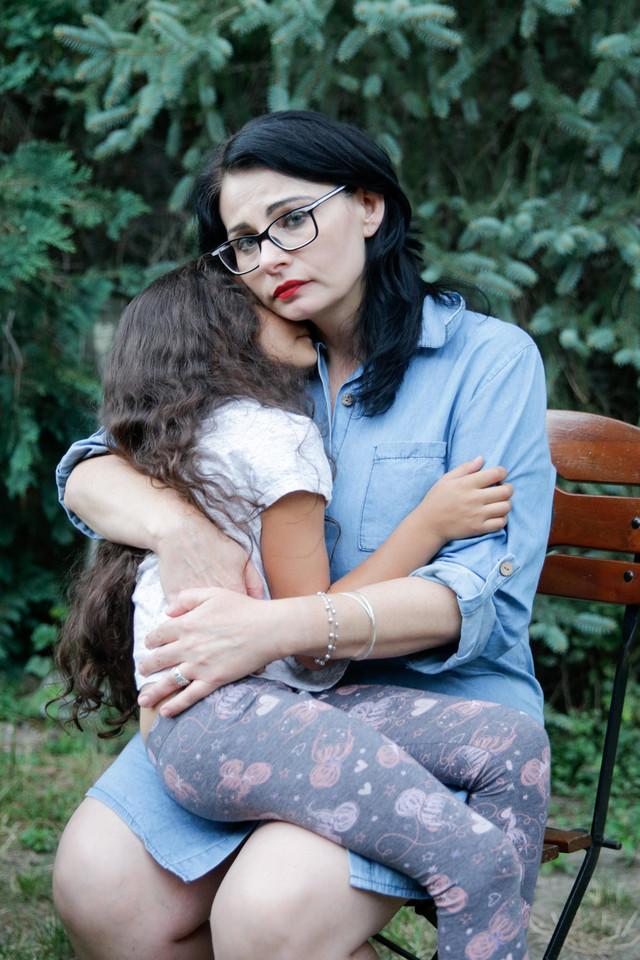 """""""Byłam bita, aż dławiłam się własną krwią"""". Razem z dziećmi uciekła przed partnerem katem"""