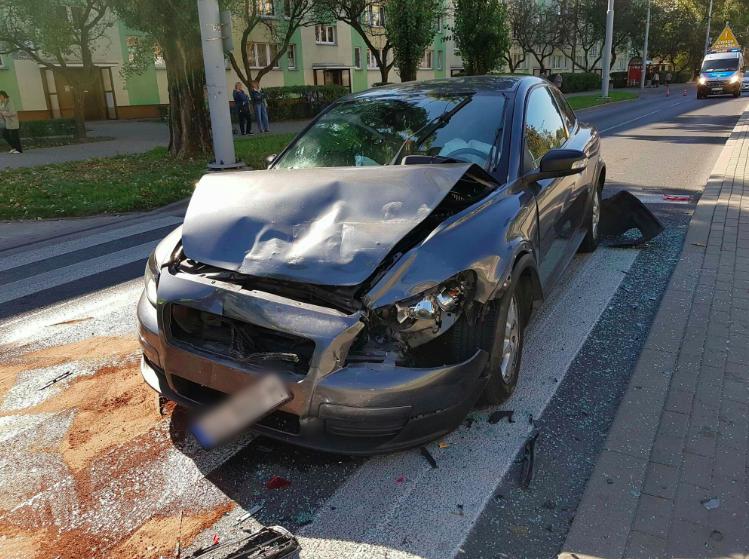 Zatrzymał się na pasach, aby przepuścić dziecko. W tył jego auta wjechało rozpędzone volvo