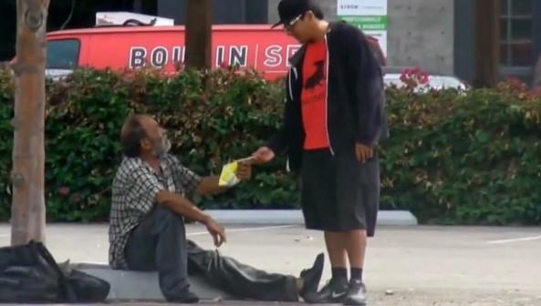 Właściciel pizzerii zobaczył, że bezdomni grzebią w śmieciach. Na drzwiach umieścił karteczkę
