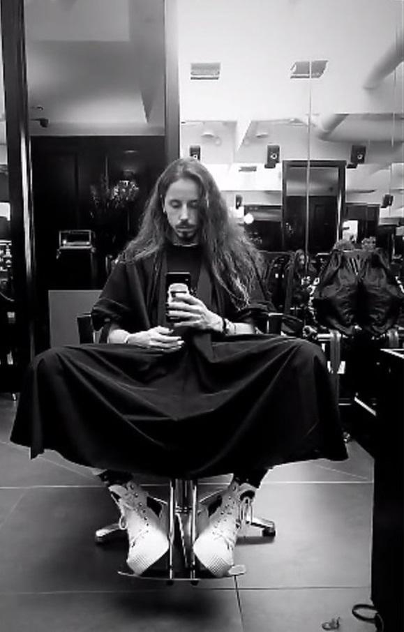Michał Szpak pochwalił się wizytą u fryzjera. Piosenkarz odważył się na zmianę fryzury