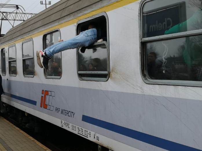PKP podstawiło pociąg tylko z jednym wagonem. Pasażerowie wskakiwali do niego oknami