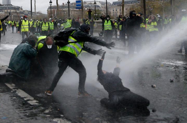 Na ulicach Paryża giną ludzie. Policja nie potrafi poradzić sobie z zamieszkami