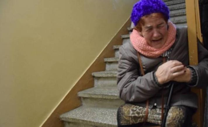 72-latka koczuje na klatce schodowej. Rodzina partnera nie chce wpuścić jej do mieszkania