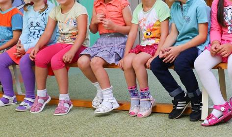Przedszkolanka kazała spuścić spodnie 2 chłopcom i stanąć przodem do grupy. Tak ich karała