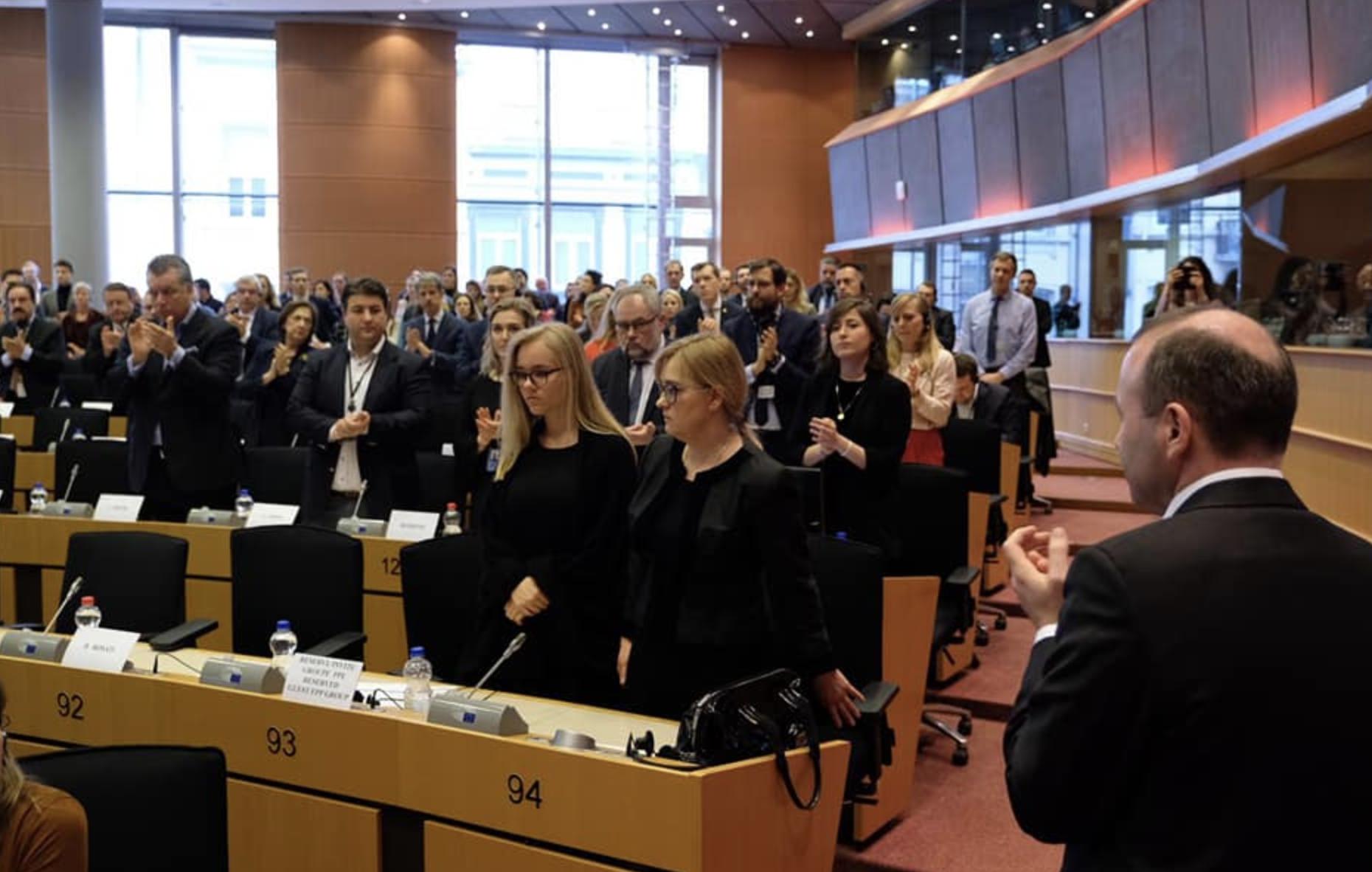 Żona Adamowicza w Parlamencie Europejskim. Pojawiła się tam razem ze starszą córką