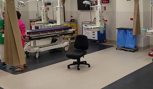 """""""Ona mi tu tylko siedzi i śmierdzi"""". Syn zmarłej pacjentki zbulwersowany zachowaniem lekarza"""