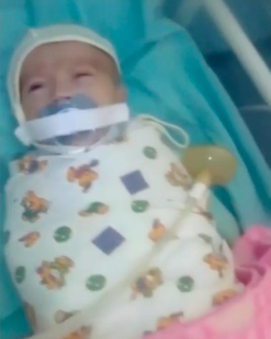 Gdy weszła na oddział noworodków zastygła. Jej dziecko miało siłą przyklejony smoczek do buzi