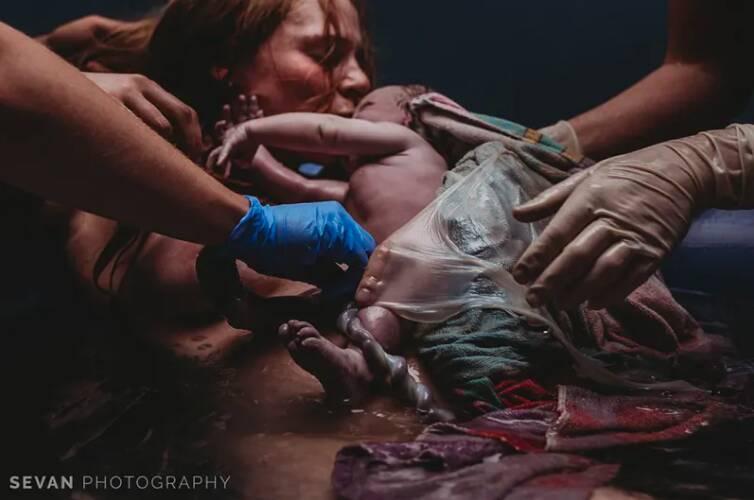 """""""Może jej odbić i będzie się czuła jak mama, a nie babcia"""". Teściowa chce być przy porodzie"""