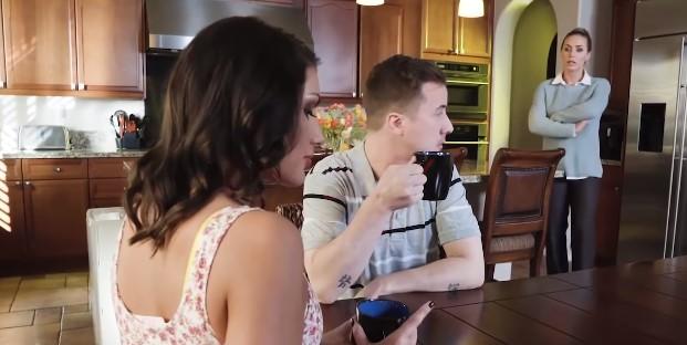 Natalia usłyszała, jak mąż flirtuje z sąsiadką. Dość miała, gdy przeczytała od niej SMS-y