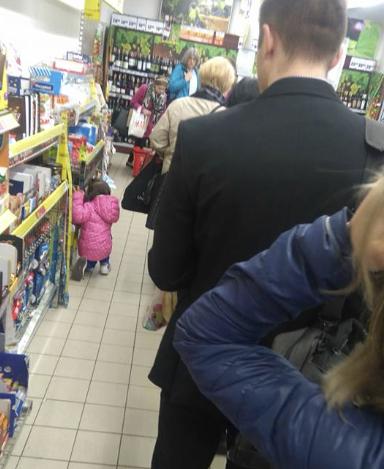 """Ciężarna stała w kolejce do kasy z 2 maluchów. Usłyszała: """"Żal, że dzieci mają taką matkę"""""""