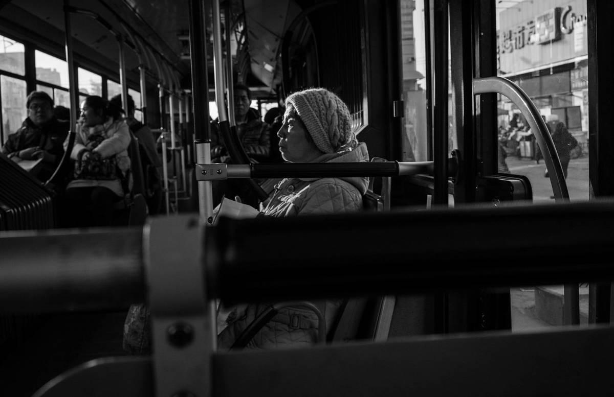 """""""Jesteś ch**em"""" – wyzwała chłopaka w tramwaju. Gdy wstał, by jej ustąpić, poczuła wstyd"""