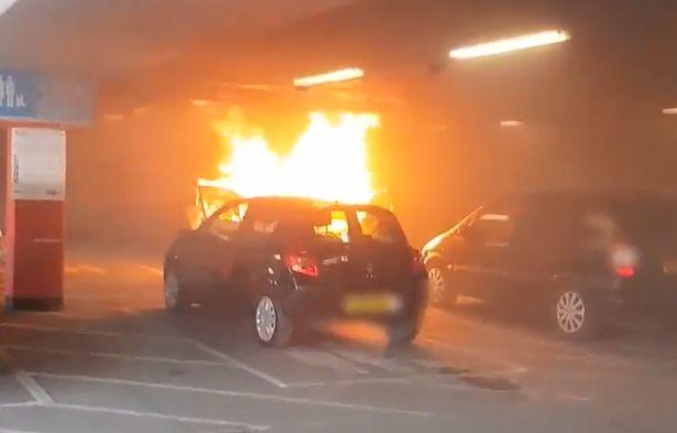 Samochód stanął w płomieniach. Matka musiała dokonać niemożliwego wyboru