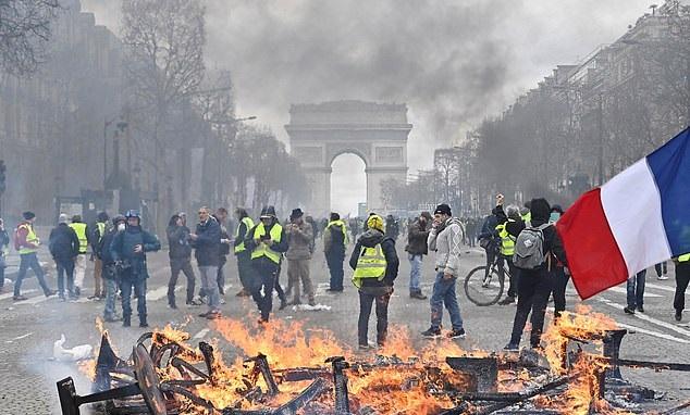 Żołnierze we Francji dostali pozwolenie na strzelanie do protestujacych