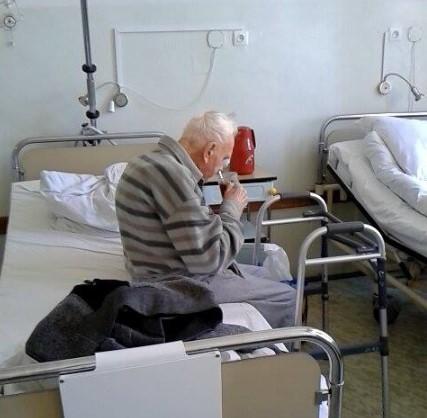 """Rodzina nie chciała odebrać 93-latka ze szpitala. """"Marzy o rodzinnych świętach i kąpieli"""""""