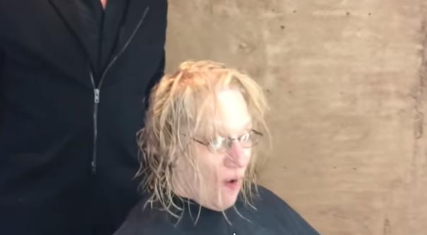 """Siwe włosy zamieniła na blond fryzurę. Mąż nie mógł oderwać wzroku. """"Jesteś piękna"""""""