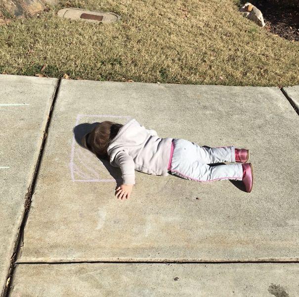 Ta dziewczynka rzuciła poduszką i kredą po czym udała się na drzemkę