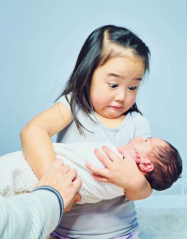 Reakcja dziewczynki, która po raz pierwszy wzięła na ręce żywe dziecko