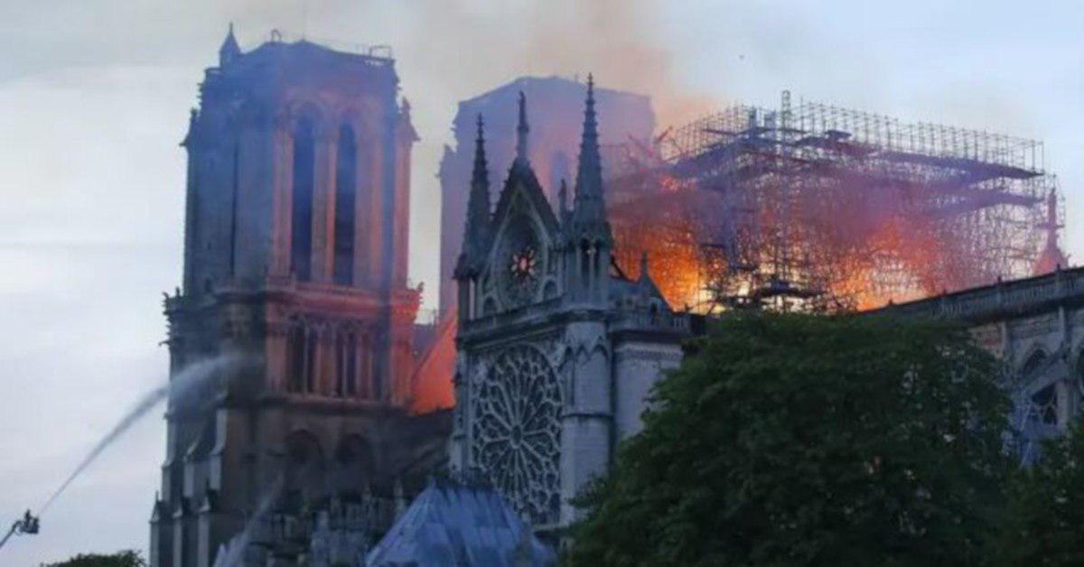 Katedra Notre Dame stanęła w płomieniach. Mer Paryża pokazała ważne zdjęcie