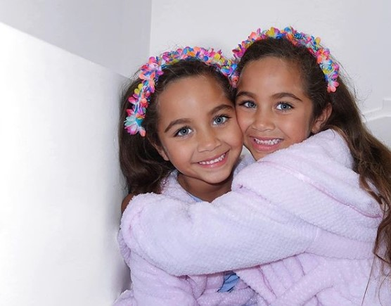 Okrzyknięto je najładniejszymi bliźniaczkami świata. Wyglądają jak żywe lalki