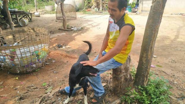 Jego pies zaczął kopać dziurę w czasie spaceru. Gdy zobaczył wystającą nóżkę, chwycił za telefon