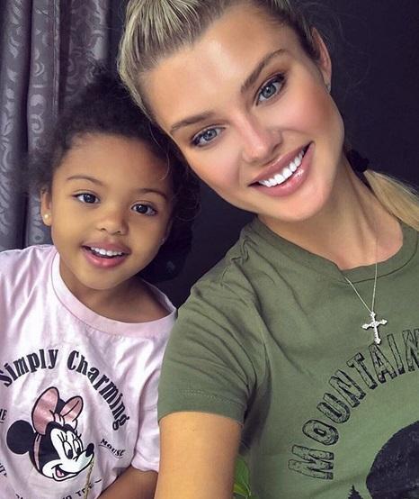 Ich córeczkę uznano za najpiękniejszą dziewczynkę na świecie. Trudno oderwać od niej wzrok