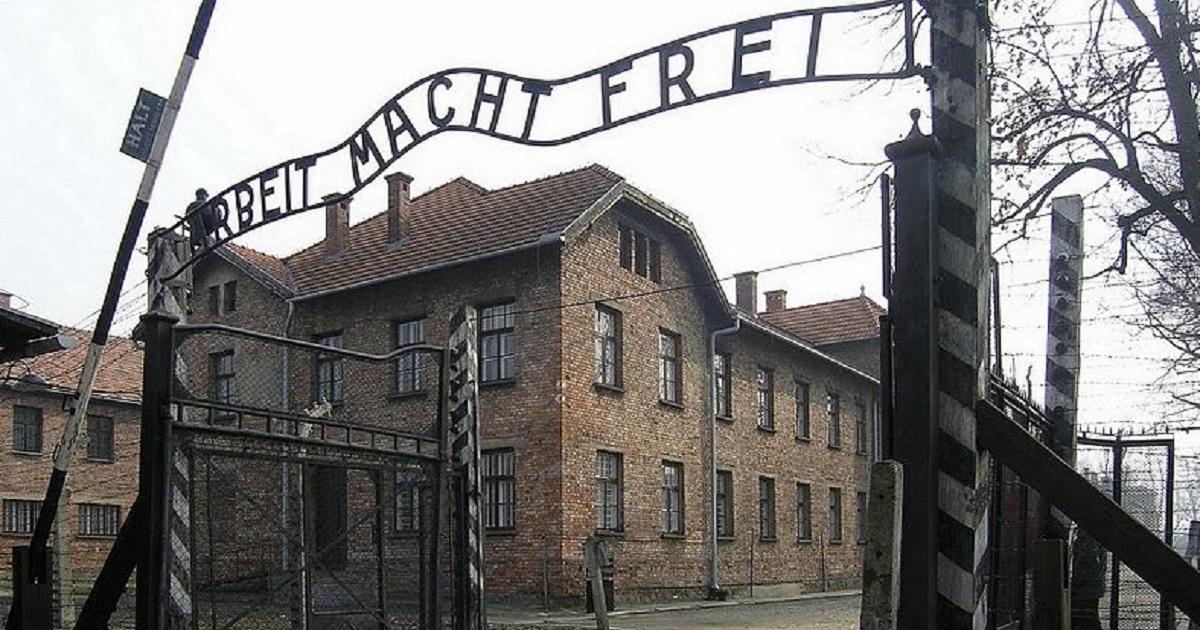 przed bramą Auschwitz