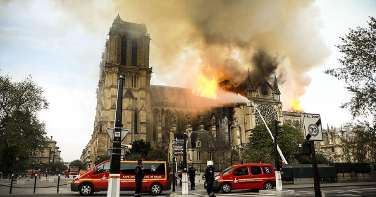 Strażacy z Notre Dame