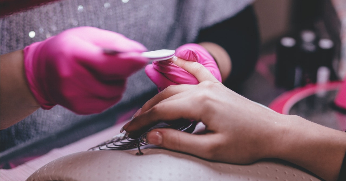 kobieta robiąca paznokcie